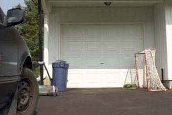 Hoe om `n bal te hang van `n garageplafon om te gebruik as `n gids om nie die muur te slaan nie
